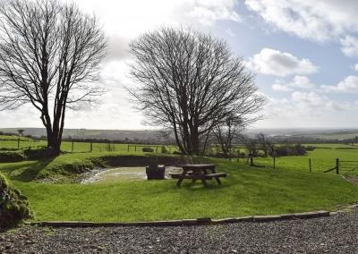 The garden, pond & picnic table at Castle Farm, Tufton