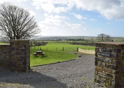 Castle Farm, Tufton is a one bedroom, one bathroom barn conversion finished to a high standard. The open plan living room & fully equipped kitchen have superb rural views through bifold doors. Relax in the garden with picnic table & firepit.