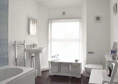 The bathroom at Dyma Y Bywyd, Tenby