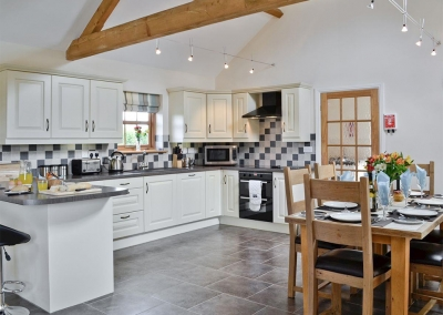 The kitchen & dining area at Llanlliwe Cottage, Henllan Amgoed
