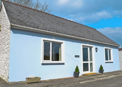 LLwynbedw, St Dogmaels is a romantic hideaway for two with a double bedroom & open-plan living featuring a zesty but tasteful colour scheme. Well located for riverside walks to Poppit Beach & the local pub in the evening. Parking & private garden deck.